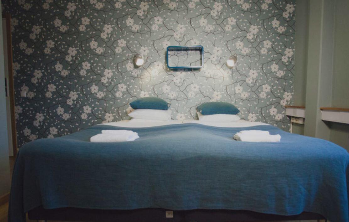 Välbäddad dubbelsäng i hotellrum. Foto.